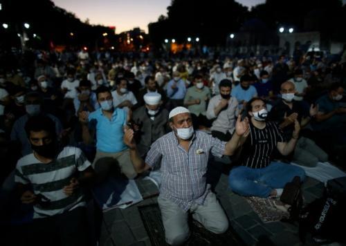 Jamaah di luar Hagia Sophia. (Foto: AP)