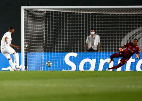 Karim Benzema sukses mencetak gol lewat penalti (Foto: Twitter/@realmadriden)