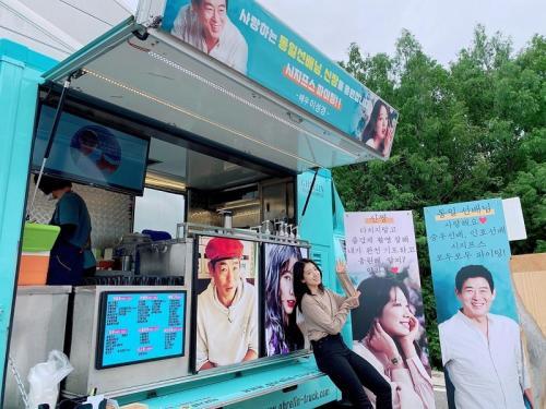 Park Shin Hye dapat coffee truck dari Lee Sung Kyung. (Foto: Instagram/@ssinz7)