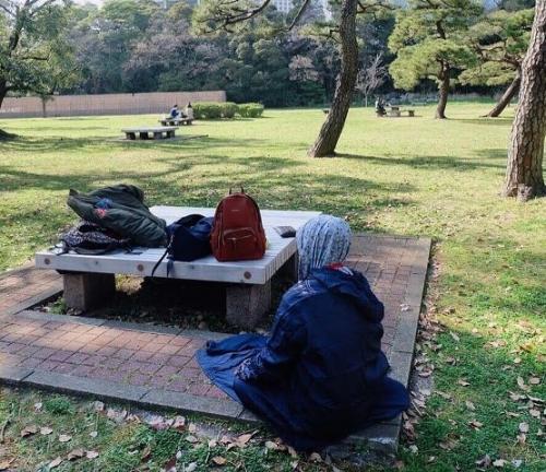 Muslimah sholat di taman. (Foto: Instagram @placesyoullpray)