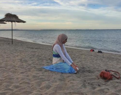 Muslimah sholat di tepi pantai. (Foto: Instagram @placesyoullpray)
