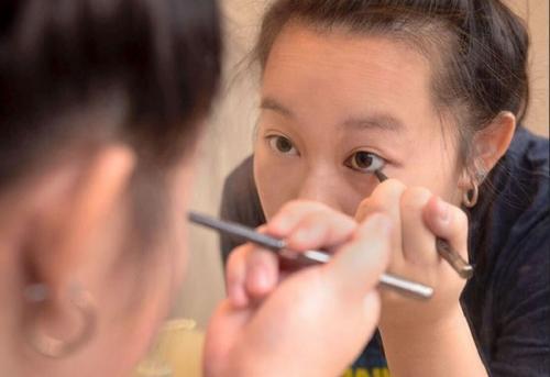 Ilustrasi penggunaan eyeliner.