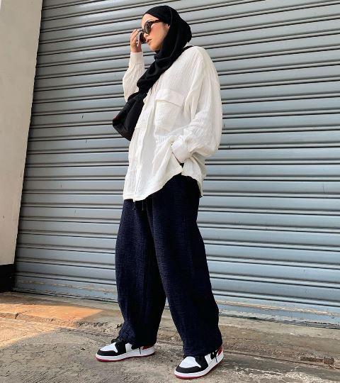 Selebgram Sivia Azizah bergaya streetwear dengan kemeja oversized. (Foto: Instagram @siviazizah)