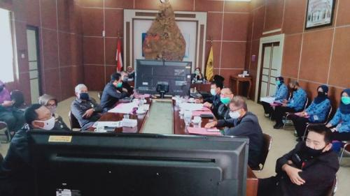 Rapat paripurna virtual di Gedung Sekretariat Daerah Pekalongan. (Foto : iNews/Suryono Sukarno)