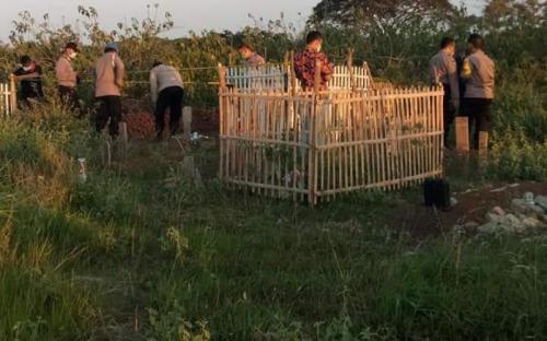 Makam dibongkar di TPU Bekasi (Foto: Wisnu)