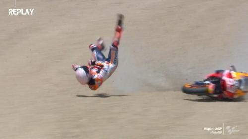 Marc Marquez terpelanting dari motornya (Foto: Twitter/@MotoGP)