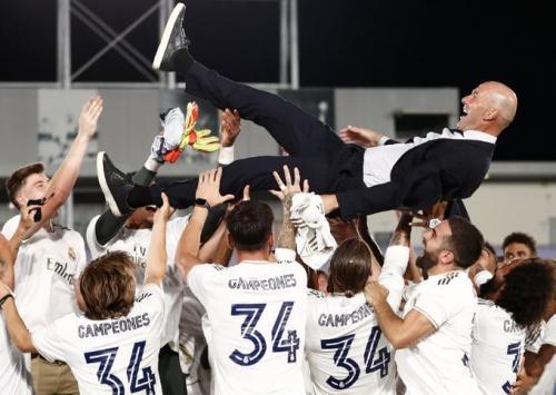Zinedine Zidane diangkat oleh anak asuhnya