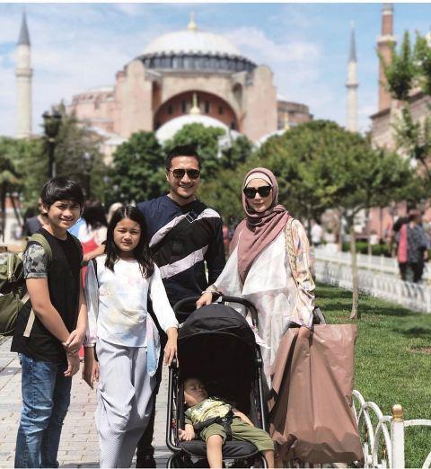 Arie Untung bersama keluarga di Hagia Sophia. (Foto: Instagram @ariekuntung)