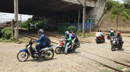 Pelintasan tanpa palang yang berada di dekat Stasiun Rawa Buntu, Serpong, Tangsel. (Okezone/Hambali)