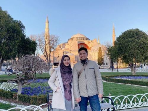 Oki Setiana Dewi dan suami di Hagia Sophia. (Foto: Instagram @okisetianadewi)