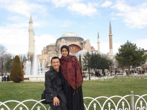 Ummu Alila dan Ustadz Felix Siauw di Hagia Sophia. (Foto: Instagram @ummualila)