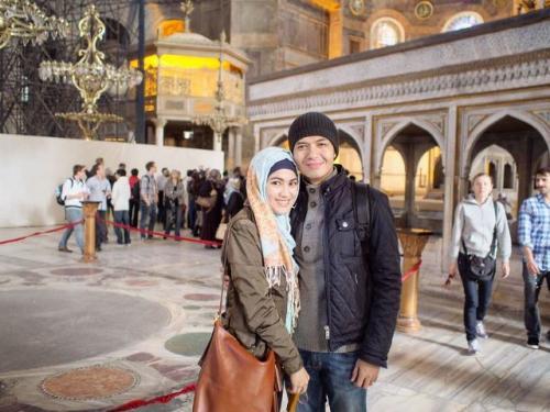 Dude Harlino dan Alyssa Soebandono di Hagia Sophia. (Foto: Instagram @dude2harlino)