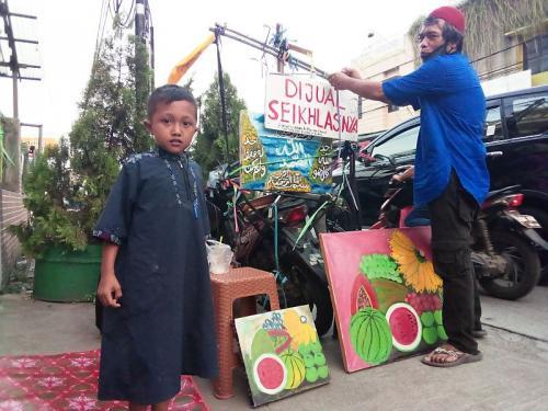 Sang ayah menjual lukisan dengan bayar seikhlasnya agar anak-anaknya bisa terus sekolah (Foto : Okezone.com/Wisnu)
