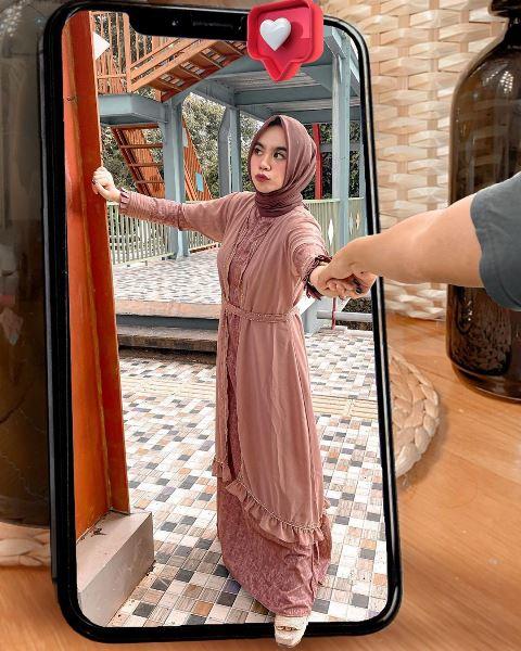 Hijabers Nabila Alaydrus bergaya dengan dress coklat. (Foto: Instagram @nabilazirus)