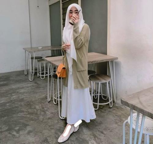 Selebgram Larissa Chou bergaya dengan gamis. (Foto: Instagram @larissachou)