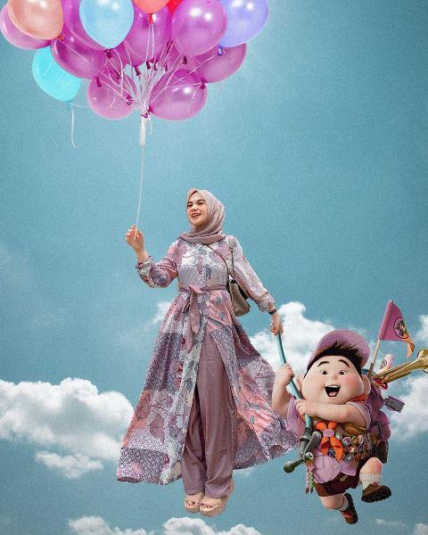 Hijabers Nabila Alaydrus bergaya dengan maxi dress motif. (Foto: Instagram @nabilazirus)