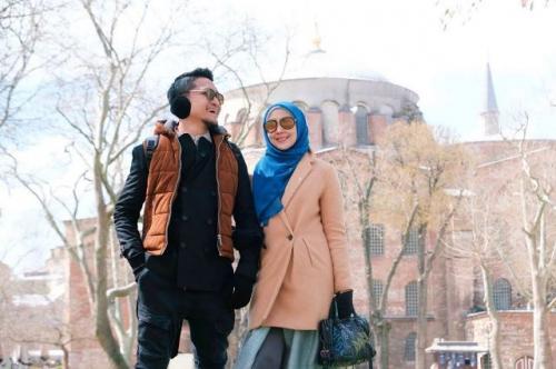 Arie Untung bersama istri di Hagia Sophia. (Foto: Instagram @ariekuntung)