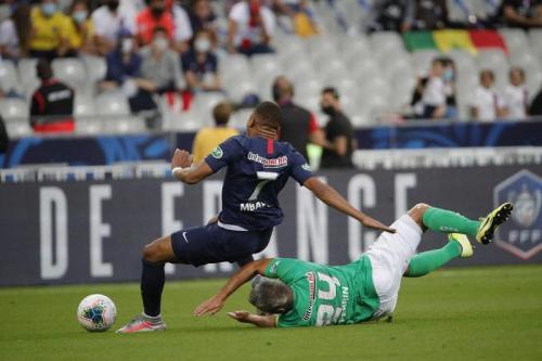 Engkel Kylian Mbappe dihajar tekel keras Loic Perrin (Foto: PSG)