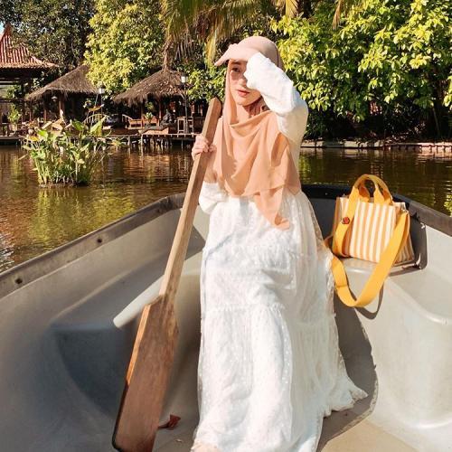 Selebgram Larissa Chou bergaya dengan gamis furing. (Foto: Instagram @larissachou)