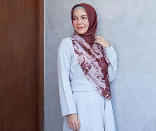 Dewi Sandra gunakan baju Idul Adha. (Foto: Instagram @doa.indonesia)