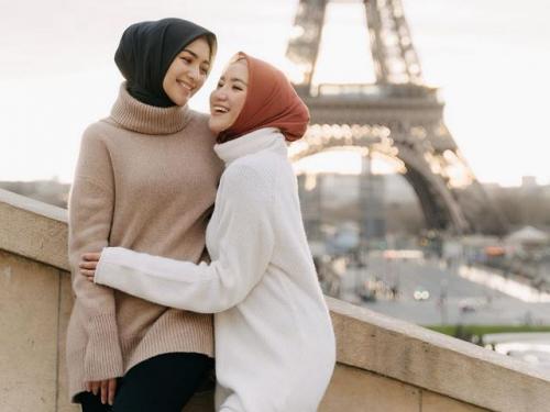 Citra Kirana dan Erica Putri pakai sweater. (Foto: Instagram @ericaputrii)