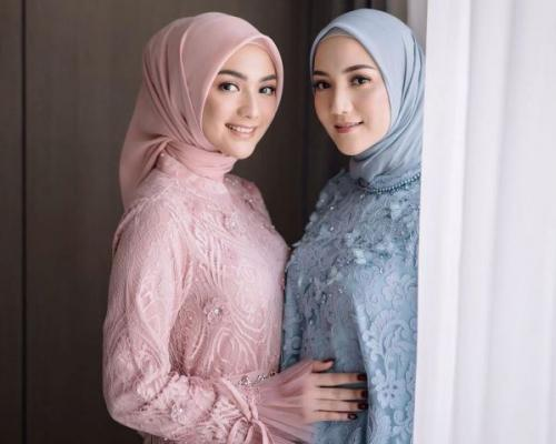 Citra Kirana dan Erica Putri pakai pink biru langit. (Foto: Instagram @ericaputrii)
