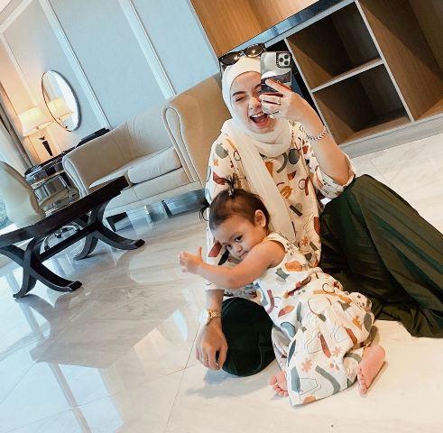 Hijaber Erlinda Yuliana dan Baby Senja kembaran pakai warna cream. (Foto: Instagram @joyagh)