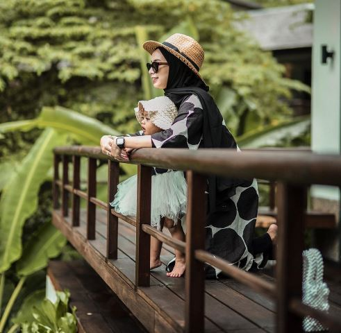Hijaber Erlinda Yuliana dan Baby Senja kembaran pakai black polkadot. (Foto: Instagram @joyagh)