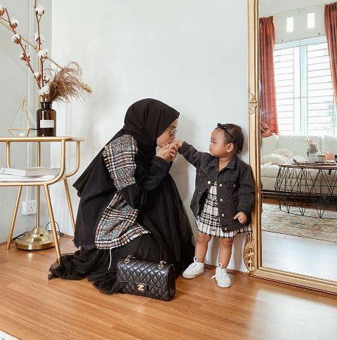 Hijaber Erlinda Yuliana dan Baby Senja pakai outfit black. (Foto: Instagram @joyagh)