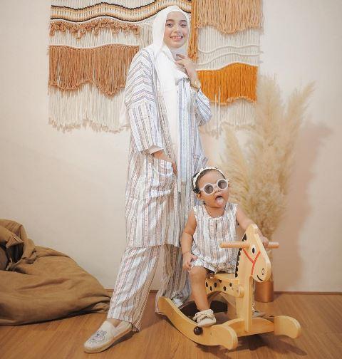 Hijaber Erlinda Yuliana dan Baby Senja pakai baju strip cream. (Foto: Instagram @joyagh)