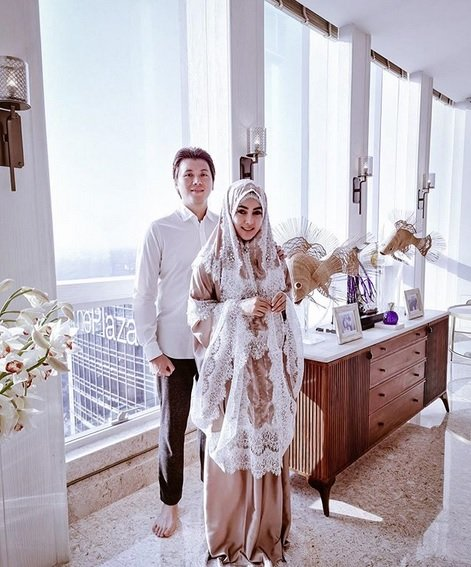 Syahrini dan suami