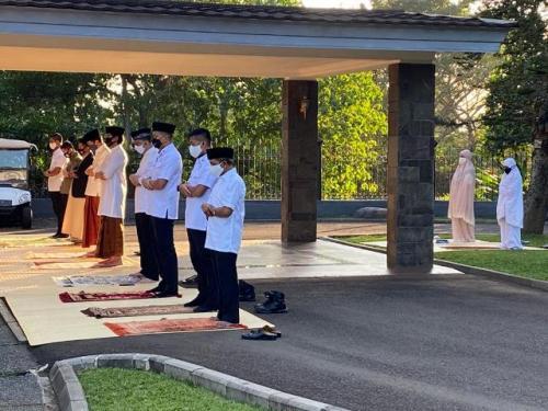Jokowi Sholat Idul Adha 1441H di Istana Bogor. (Foto: Twitter @setkabgoid)