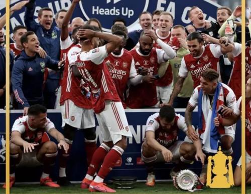 Insiden Aubameyang menjatuhkan trofi Piala FA