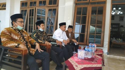 Ketua MUI DKI Jakarta KH Munahar Muchtar (dua dari kanan) berkunjung ke Ponpes Budi Utomo Solo. (Foto: Ichsan Kholif Rahman/Solopos)