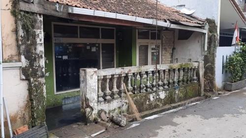Nenek Uho tinggal bersama ayam dan kucing di rumahnya yang tidak terawat. (iNews/Asep Juhariyono)