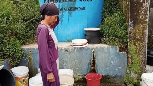 Warga Pulosari mengantre air bersih di bak-bak penampungan air. (iNews/Suryono Sukarno)