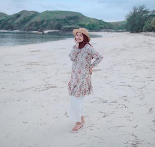 Hijaber Sari Endah Pratiwi pakai outfit ke pantai. (Foto: Instagram @saritiw)