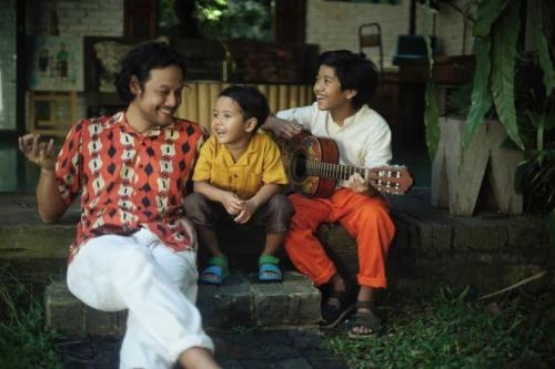 Dwi Sasono dan kedua anaknya.
