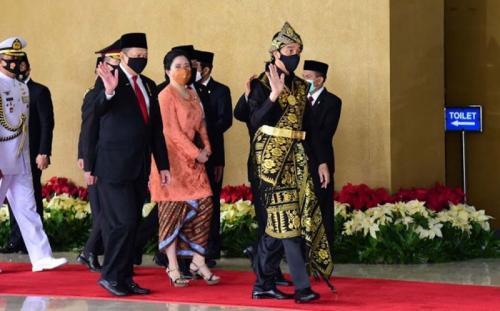 Jokowi dan Puan saat akan sidang tahunan MPR