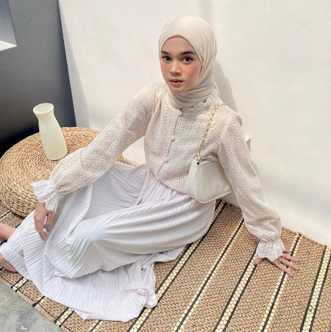 Hijaber Yure Zalina bergaya minimalis outfit putih. (Foto: Instagram @yurezalina)