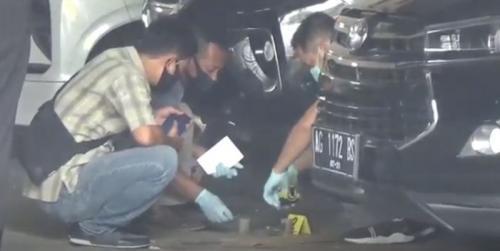 Polisi melakukan olah TKP di rumah Bupati Kediri