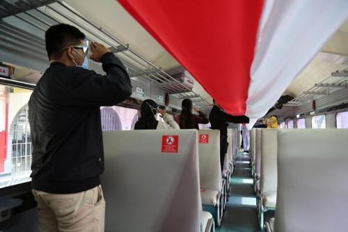 PT KAI Daop 1 Jakarta bentangkan bendera merah putih di dalam rangkaian kereta api memperingati HUT Ke-75 RI, Senin (17/8/2020). (Dok PT KAI Daop 1)