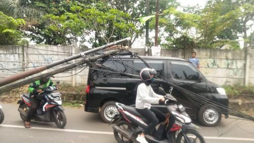 Tiang kabel roboh timpa mobil di Jalan Astek, Lengkong Gudang Timur, Serpong, Tangsel. (Foto : Okezone.com/Hambali)