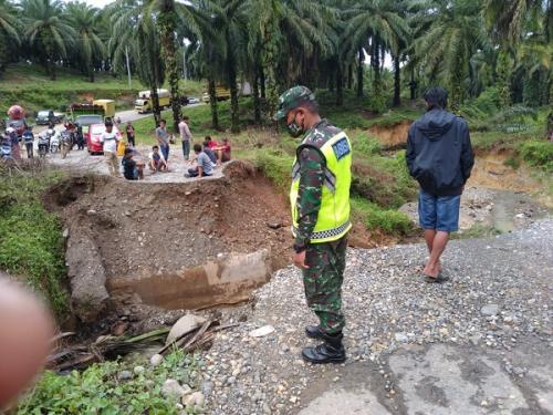 Jembatan di Jalinbar Bengkulu putus. (Foto : iNews/ Ismail Yugo)