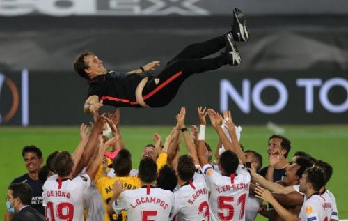 Julen Lopetegui diangkat anak asuhnya ke udara (Foto: UEFA)