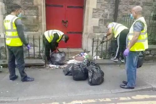 Jamaah Masjid Abu Huraira di Kota Leeds, Inggris, membantu membersihkan halaman gereja tetangga. (Foto: About Islam)