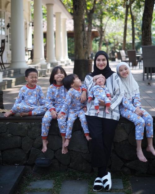 Zaskia Adya Mecca dan keluarga. (Foto: Instagram/@zaskiadyamecca)