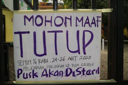 Puskesmas Kedungkandang ditutup 3 hari imbas tenaga kesehatan positif Covid-19. (Foto : Okezone.com/Avirista Midaada)