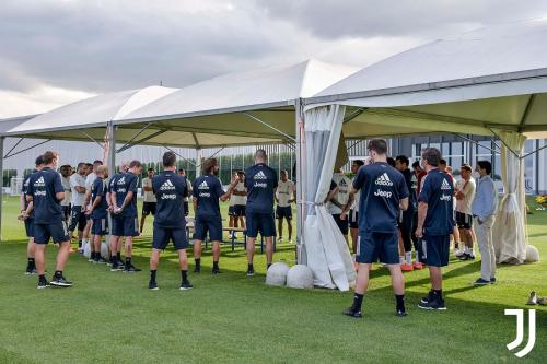 Andrea Pirlo pimpin latihan Juventus
