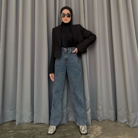 Amelia Elle bergaya hijab hitam. (Foto: Instagram @ameliaelle)
